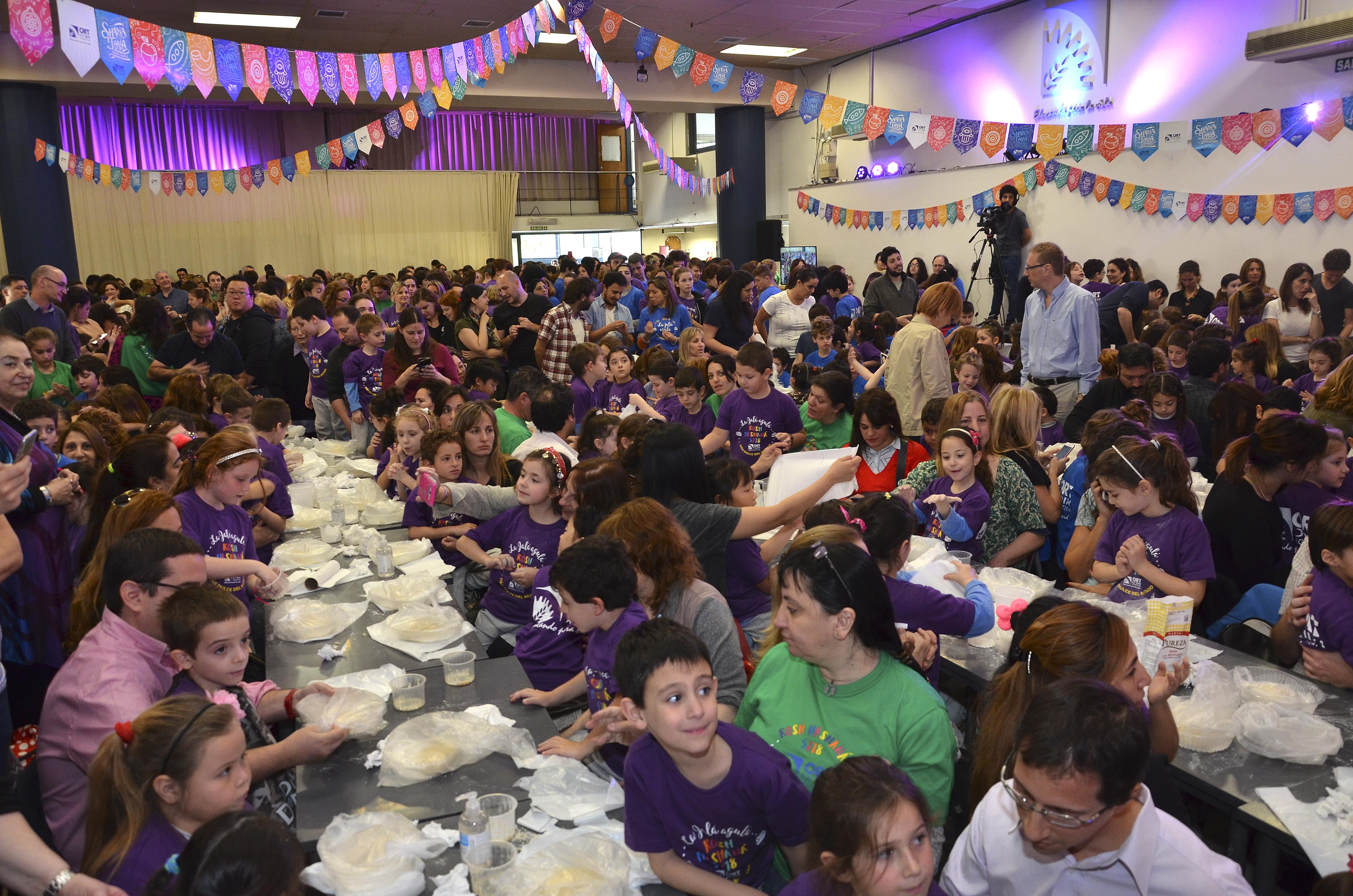 ¡Más de 700 personas amasaron la jalá agulá más dulce del mundo!